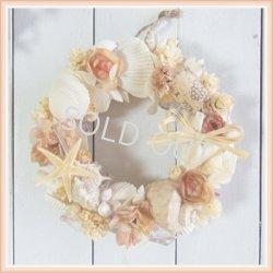 画像1: シェル(貝がら)のリース〔コーラルピンク〕〜お誕生日やお礼などのギフトに長く飾っていただけます〜